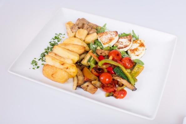 BREZMESNI KROŽNIK; lokalno pridelan mladi sir s sezonsko zelenjavo na žaru, hišni njoki z omako z jurčki, pečen krompir